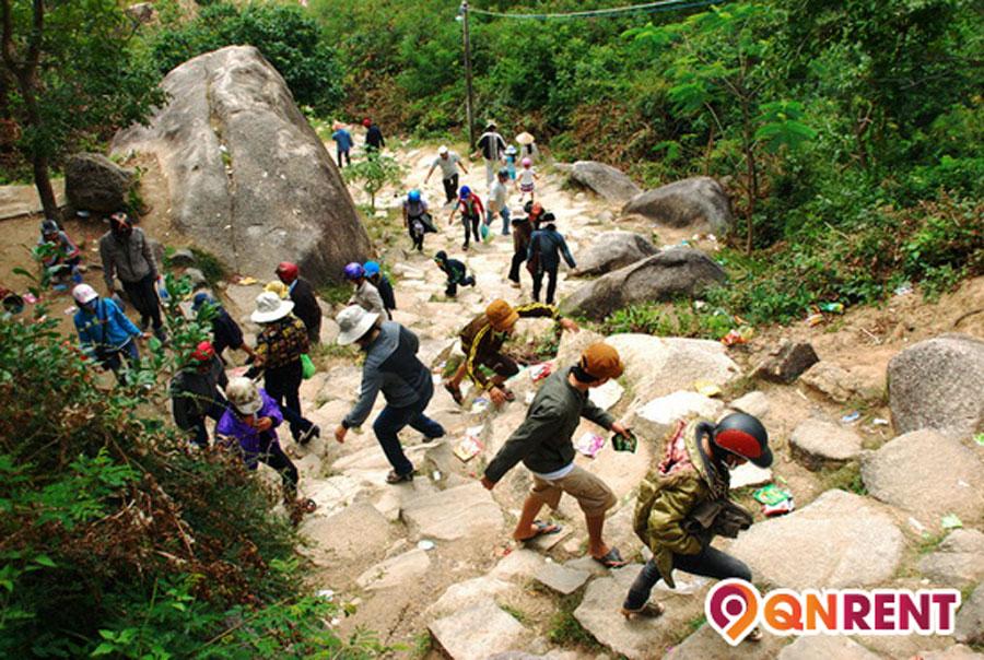Đường đi lên chùa Ông Núi