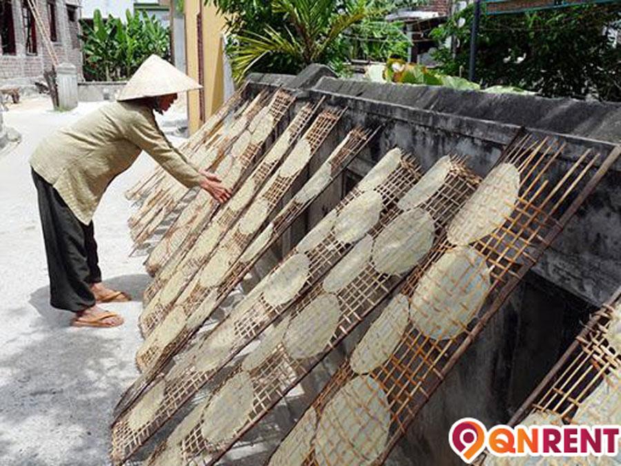 Phơi bánh tráng nước dừa